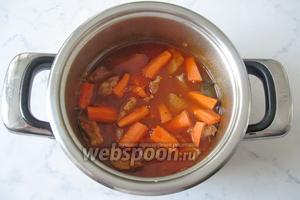 Морковь почистить, помыть и нарезать небольшими брусочками. Добавить в гуляш. Варить ещё 20 минут.