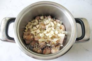 Корень сельдерея почистить, помыть и мелко нарезать. Добавить в кастрюлю с мясом, вином и луком.