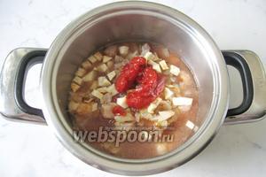 Налить в кастрюлю воду так, чтобы она покрывала мясо с луком, сельдереем и вином. Тушить свинину 30 минут, почти до готовности.