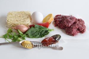 Подготовим ингредиенты: лапша Рамэн, яйцо, свежий чили, кетчуп и горчицу, лимонный сок, лук-шалот, шпинат и кориандр, фарш из оленины (заменить можно на говяжий), арахисовое масло.