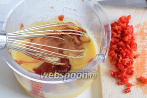 Подсолим. Вмешаем кетчуп и чили, очищенный от семян и очень мелко нарезанный.