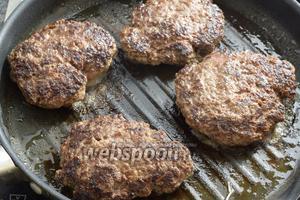 Фарш приправляем солью и перцем по вкусу. Формируем руками 4 лепёшки, придавим немного. На разогретом арахисовом масле, в сковороде, обжариваем мясо по 4 минуты с каждой стороны. Вынимаем и накрываем, также ставим в духовку.