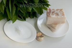 Подготовьте свежее сало без шкурки, чеснок, черемшу, соль.