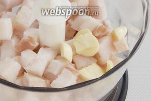 Сало нарежьте мелкими кубиками, вместе с солью и очищенными, нарезанными зубочками чеснока поместите в чашу блендера. Перекрутите.
