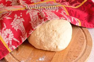 Замесить тесто, как на пироги. Тесто положить в миску, накрыть плёнкой или полотенцем и оставить минут на 30. Тесто поднимется в 2 раза.