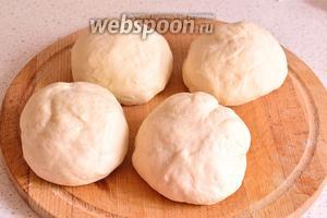 Подошедшее тесто обмять, разделить на небольшие порции. Получится 4-5 лепёшек. Тесто скатать в шарики.