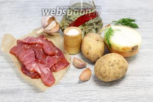 Понадобятся картофель, чеснок, лук, ветчина, немного рафинированного масла, соль, при желании — молотый перец, немного зелени для подачи.