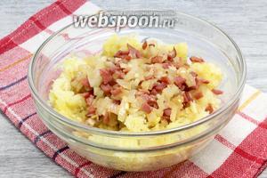 Загрузить смесь «утомлённых» лука, чеснока и ветчины к картофелю — перемешать.