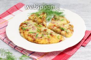 Картофельную лепёшку перенести на просторную, плоскую тарелку, посыпать зеленью — разрезать.