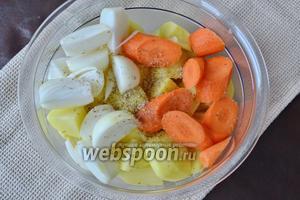 Картофель, лук и морковь очистить и нарезать достаточно крупными кусками. Посолить, присыпать специями и перемешать. Можно слегка сбрызнуть оливковым маслом.