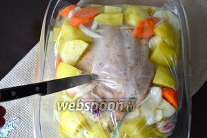 Пакет для запекания закрыть и сделать несколько проколов сверху ножом. Поставить форму в разогретую до 200°C духовку и запекать 40-45 минут.