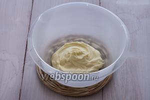 Масло взбиваем с сахарной пудрой (лучше всего это делать миксером).