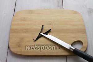 Ванильный стручок разрезать пополам, ножом вычистить семена.