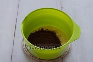 Тесто делим на 2 части. В первую добавляем какао. Перемешиваем.