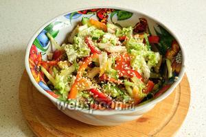 Полезный, вкусный и низкокалорийный салат с угрём готов.