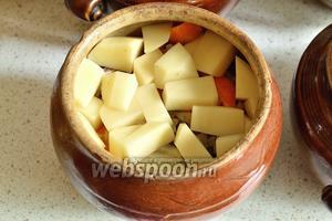 Затем положить картофель. Посолить, поперчить. Разломать лавровый лист и добавить в каждый горшок по 2-3 кусочка.