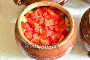 Последний слой — болгарский перец. В каждый горшок налить кипятка так, чтобы вода не доходила до верху (примерно 3/4 горшка).
