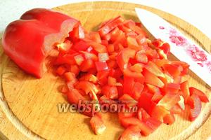 Болгарский перец нарезать кубиком.
