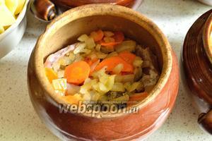 Сверху разложить обжаренные лук и морковь.