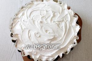 Поверх пирога распределяем взбитые белки.