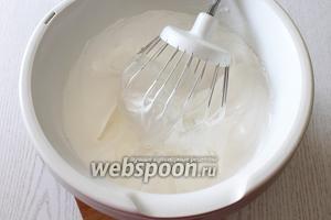Белки взбиваем, постепенно добавляя сахарную пудру и лимонный сок.