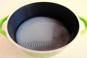 Растворить сахар в воде, так как в водке он плохо растворяется, довести сироп до кипения и остудить.