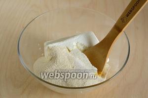 Смешайте яйцо, творог, сахар, соль и манную крупу.
