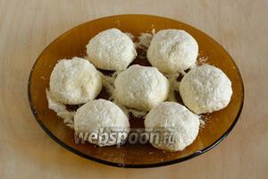 Из готовой массы слепите примерно 30 колобков, размером чуть больше грецкого ореха. Положите колобки на присыпанную манкой поверхность — тарелку или поднос.