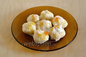 Готовые ленивые вареники подавайте горячими с джемом или сметаной.