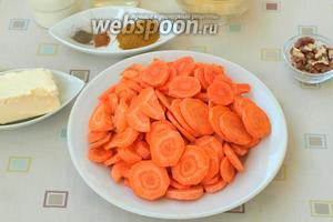 Очищенную морковь нарезать кружочками. Фанатично ровно можно не нарезать, так как впоследствии это всё будет измельчаться блендером.