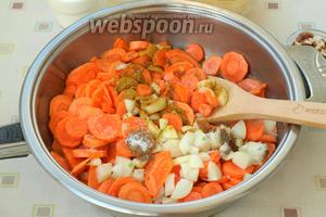 Растопить в сковороде сливочное масло, высыпать в неё морковь, перемешать и следом высыпать лук. Добавить соль, перец, карри и кориандр. Овощи перемешать со специями и тушить на небольшом огне 15 минут, периодически помешивая, чтоб не пригорели.