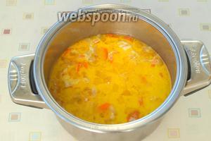 Добавить ананасы в суп, влить сливки и лимонный сок по желанию.
