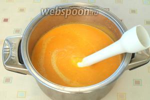 С помощью погружного блендера измельчить суп до бархатистой однородной консистенции. Попробовать на вкус и, если требуется, добавить соль. Суп можно сразу разливать по тарелкам, обязательно посыпать нарезанной петрушкой и положить в центр измельчённые грецкие орехи. Если у супа правильная консистенция, то орехи хорошо держатся на поверхности. Приятного вам аппетита!