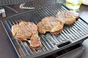 Готовое мясо остудить.