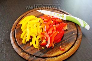 Сладкий перец нарезать соломкой.