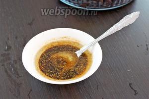 Для приготовления заправки смешать оливковое масло, соевый соус, соль и чёрный молотый перец.