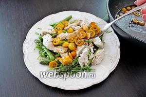 Поверх выложить кумват и залить всё горячим соусом из сковороды.