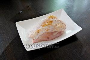 Куриное филе натереть солью и перцем.