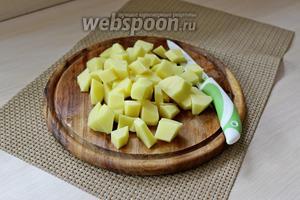 Картофель нарезать кубиком. Залить морковь с картофелем 1,5-2 л воды и поставить вариться, с момента закипания варим 10 минут.