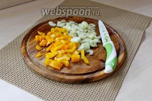 Сладкий перец и стебель сельдерея нарезать мелкими кусочками.