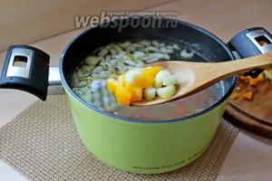 К почти готовому картофелю и моркови добавляем сельдерей и сладкий перец, варим 5 минут.