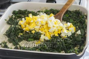 В размягчённую и уменьшившуюся в объёмах зелень добавляем рубленные отварные яйца. Солим готовую начинку для вареников.