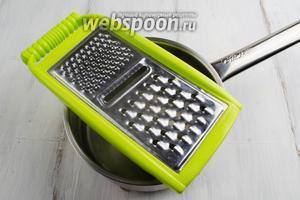Сверху посуды с водой положить тёрку с широкими отверстиями.