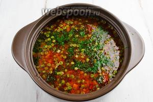 Тем временем суп будет готов. Выложить куски курицы в кастрюлю. Добавить нарезанную зелень. Подержать на огне 1 минуту.