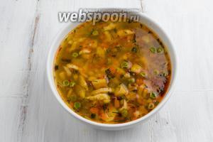 Залить клёцки горячим супом. Добавить кусочек мяса и ещё зелени. Подавать к обеду.