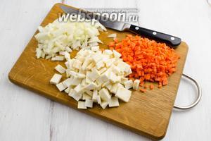 Овощи: морковь, корень сельдерея, морковь очистить, вымыть, просушить. Нарезать мелким кубиком.