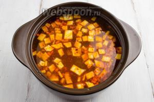 Добавить овощи с паприкой в кипящий бульон. Варить на медленном огне в течение 15 минут.