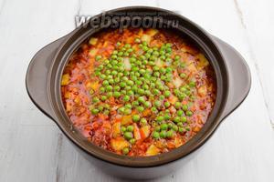Добавить горошек в бульон с овощами. Варить до готовности горошка.
