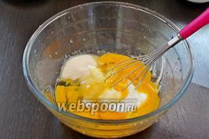 Яйца взбить с сахаром и йогуртом.
