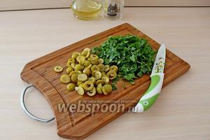 Зелень кинзы и петрушки мелко нарезать. Оливки нарезать колечками.